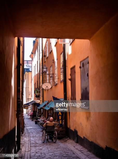 cafe in yxsmedsgränd in gamla stan, stockholm - kullersten bildbanksfoton och bilder