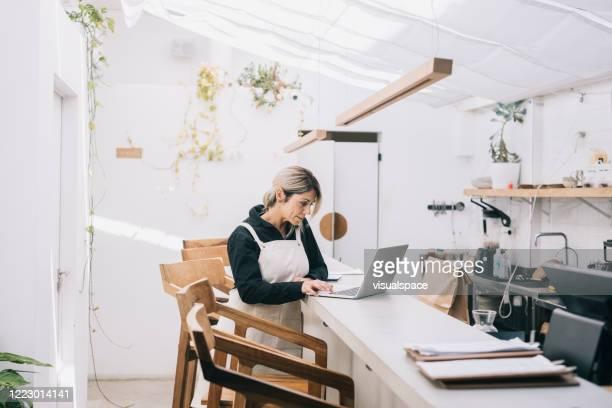 cafe manager arbetar bakom disken - frilansarbete bildbanksfoton och bilder