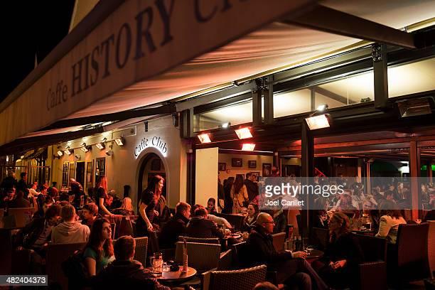 cafe nachtleben in zagreb kroatien - zagreb stock-fotos und bilder