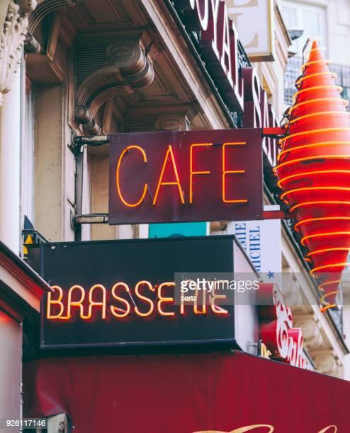 カフェ - パリの通りのレストランの看板 - ブラッスリー ストックフォトと画像