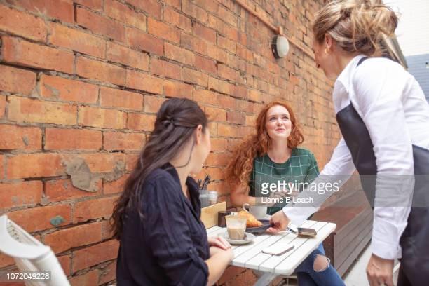 cafe stop - lianne loach fotografías e imágenes de stock
