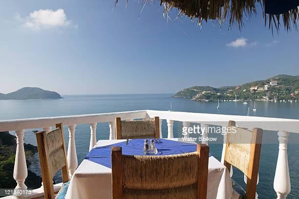 cafe table over zihuatanejo bay, mexico - ixtapa zihuatanejo fotografías e imágenes de stock