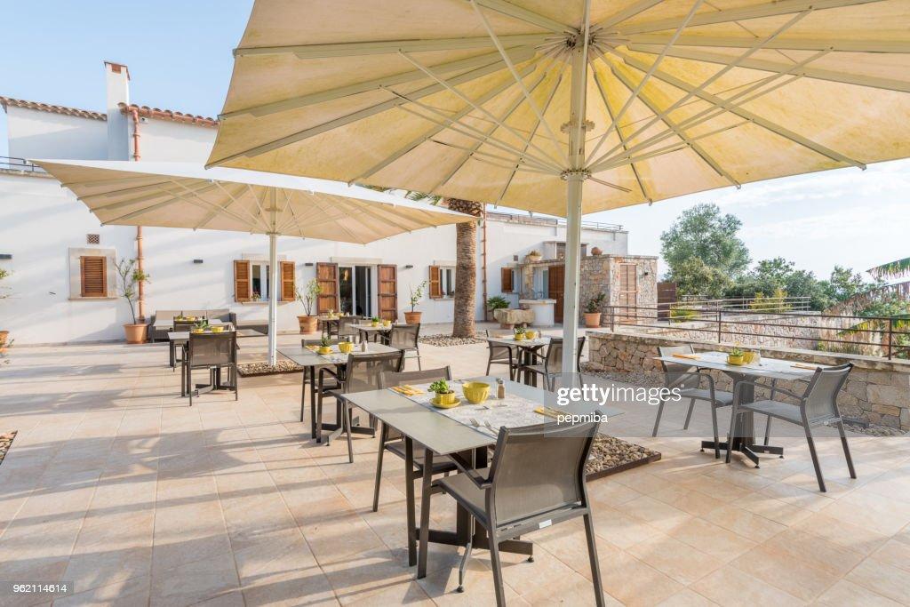 Mesas de Cafe del hotel bajo sombrillas blancas : Foto de stock