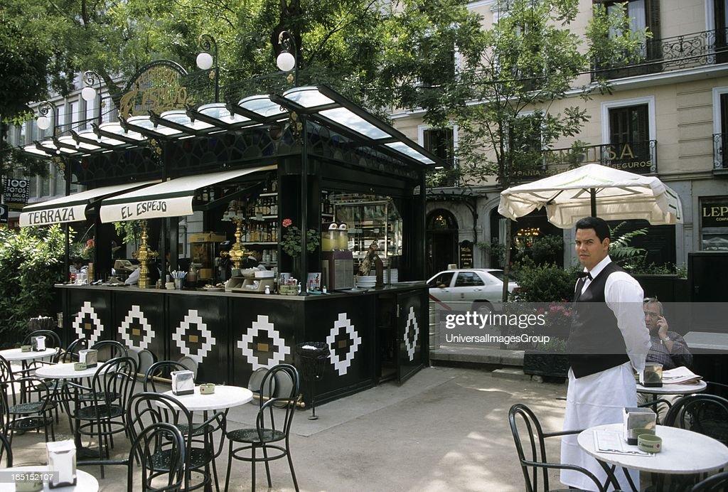 Cafe Waiter Paseo De Recoletos Madrid Spain News Photo