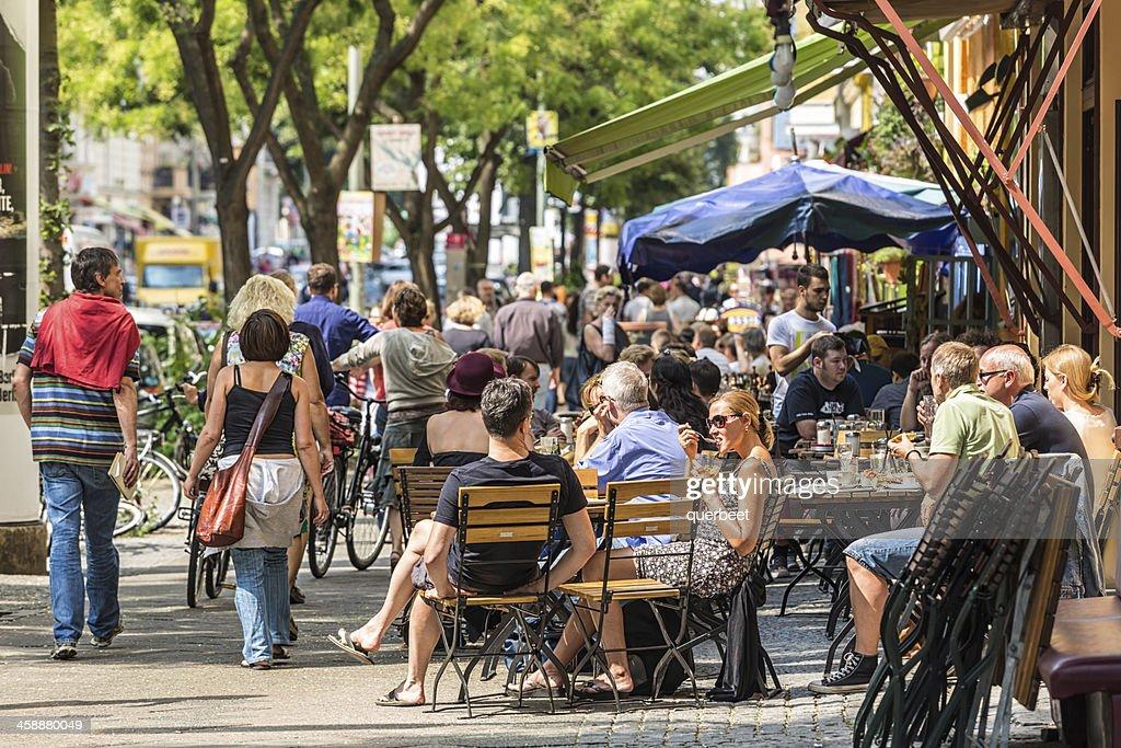 カフェ、多くの人がベルリン : ストックフォト