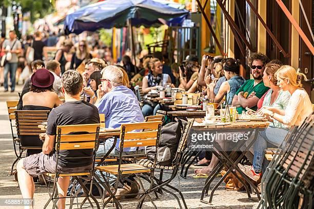 Cafe mit vielen Personen im Bergmannstreet, Berlin