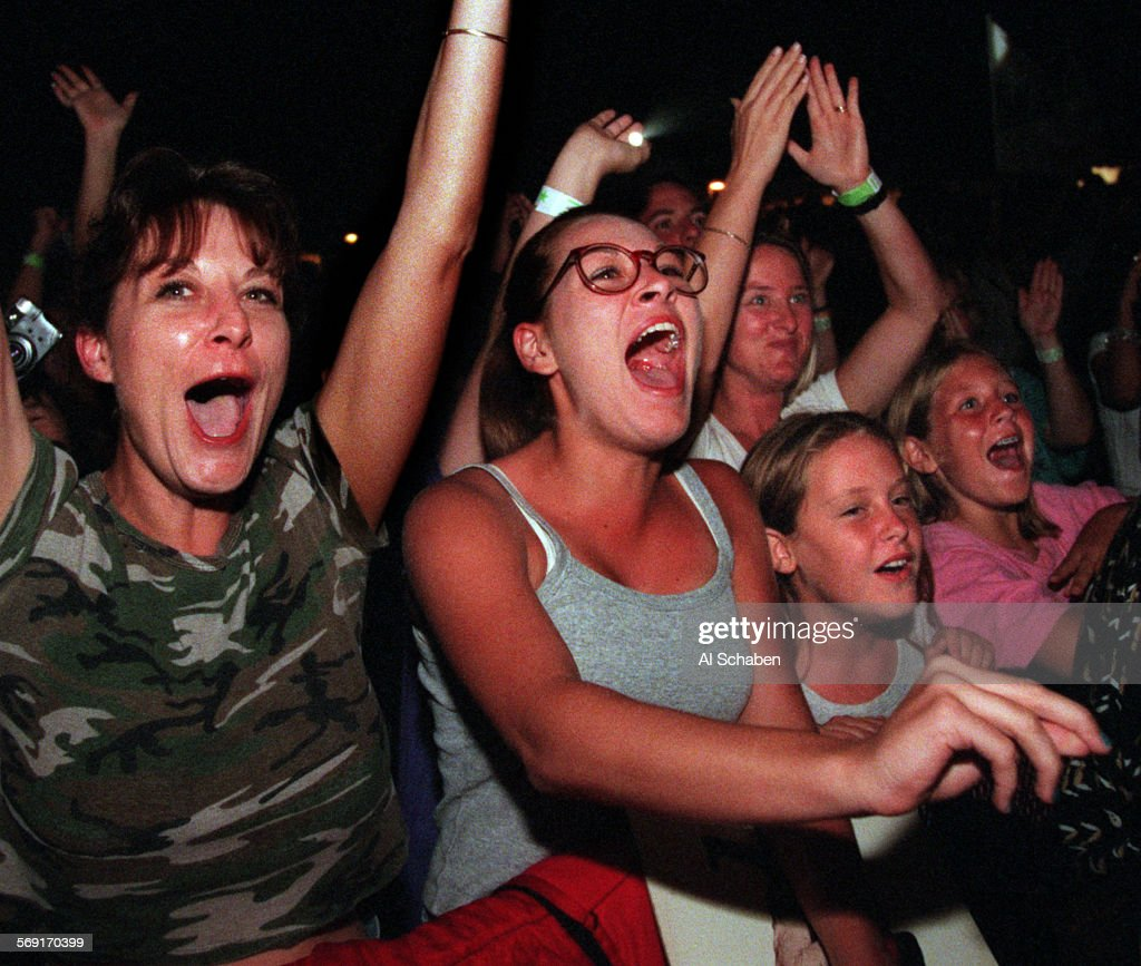 CA.festival.fans.0913.AS––DANA POINT––Monkees fans scream as the Monkees take the stage Saturday eve : News Photo