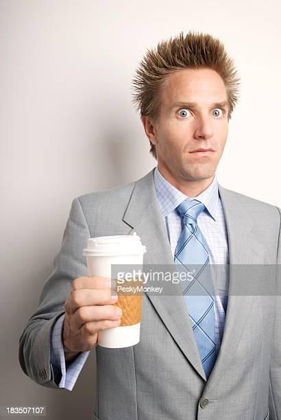 Koffeinhaltigen Geschäftsmann hält eine Tasse Kaffee zum Mitnehmen