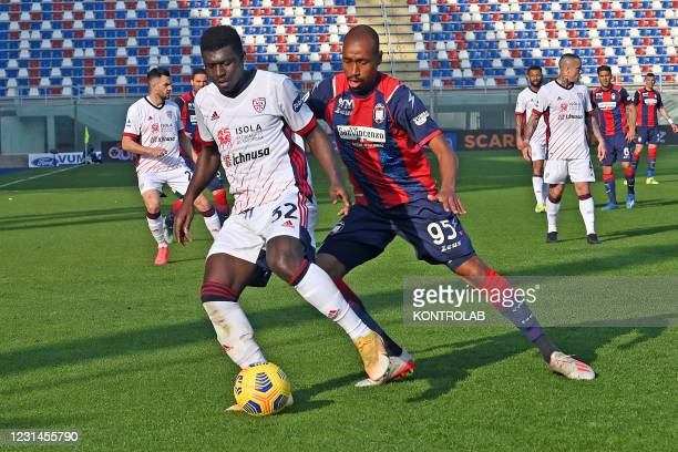 Cagliari's ghanaian midfielder Alfred Duncan in action against Crotone's brazilian midfielder Eduardo Henrique during the Italian Serie A football...