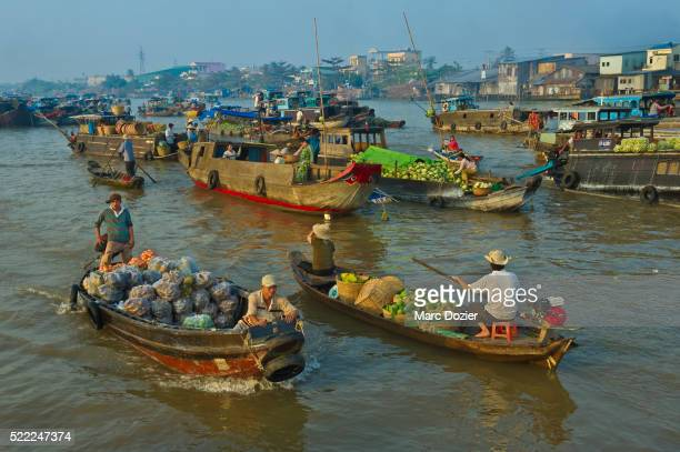 cai rang floating market on the mekong delta - can tho province stock pictures, royalty-free photos & images