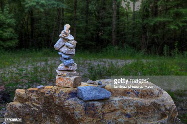cairn at harviell river  access - 石塚 ストックフォトと画像