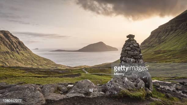 ケアンフェロー島コルトゥール島ノルズラダルール サンセットビュー ストレイモイ島 - 石塚 ストックフォトと画像