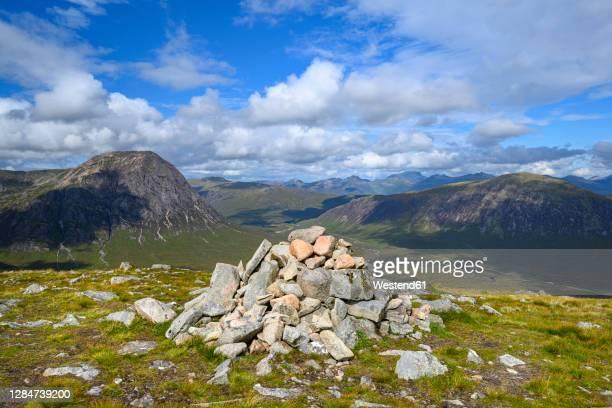 cairn in glen etive with stob dearg in background - 石塚 ストックフォトと画像