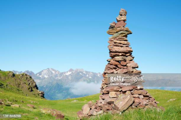 cairn to indicate the right path in tena valley, huesca province in aragon, pyrenees in spain. - 石塚 ストックフォトと画像