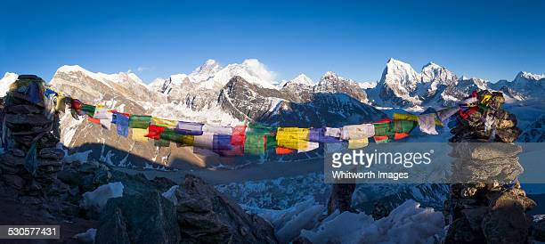 cairns and prayer flags at gokyo ri himalayan view - gokyo ri ストックフォトと画像