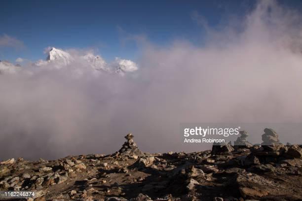 cairns at the summit of gokyo ri, everest base camp via gokyo trek, nepal - gokyo ri ストックフォトと画像