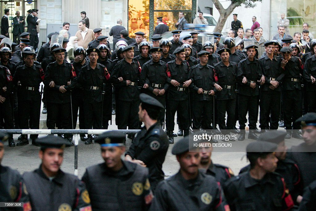 Egyptian riot police line up on both sid... : Fotografia de notícias