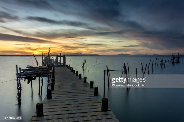 cais palafítico da carrasqueira - wooden footbridges by the water in moitinha, portugal v - sonnenuntergang stock pictures, royalty-free photos & images