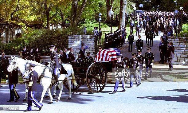 A caisson carrying the body of Missouri Governor Mel Carnahan leaves Governor's Mansion followed by family and guests 20 October 2000 in Jefferson...