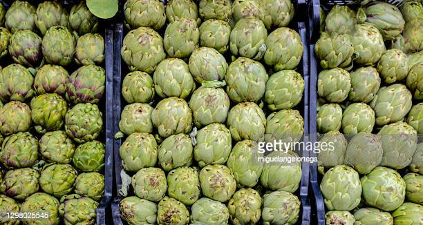 cajas de alcachofas frescas en un puesto callejero. - スマート農業 ストックフォトと画像