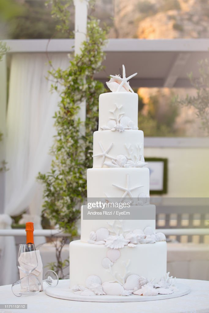 Cake On Table Outdoors : Foto de stock