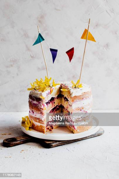 cake on table - cakestand stock pictures, royalty-free photos & images