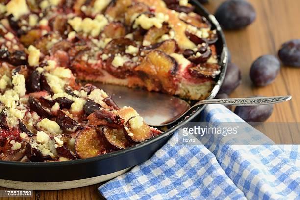Kuchenheber mit pflaumenfarbenem Hefeküchlein