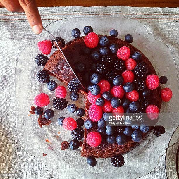 cake with berries - chocolate cake above stock pictures, royalty-free photos & images