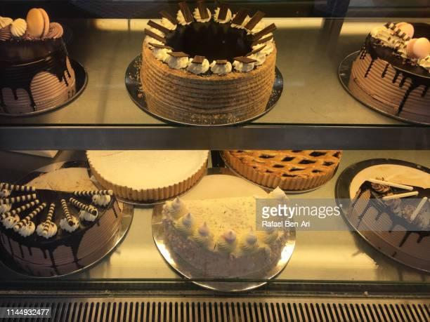 cakes in bakery window display - rafael ben ari imagens e fotografias de stock