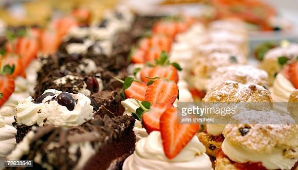 Gâteaux sur une table de buffet en ligne