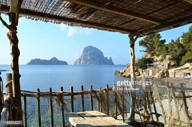 cala d'hort (isla vedra, isla vedranell), ibiza - cultura mediterránea fotografías e imágenes de stock