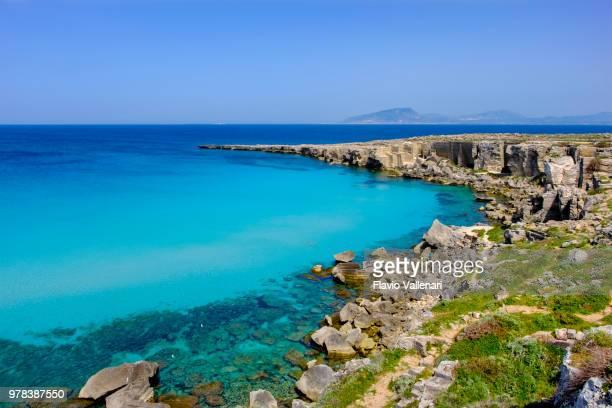 cala rossa, one of the best beaches in favignana, the main island of the egadi archipelago (sicily, italy) - costa rocciosa foto e immagini stock