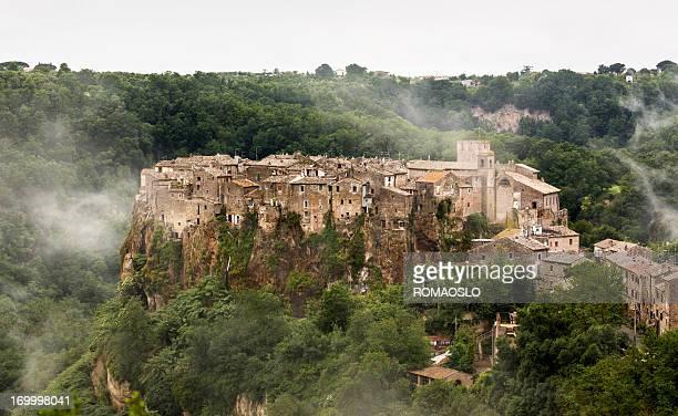 Calcata 街並みの後に、イタリアラツィオ州レイン