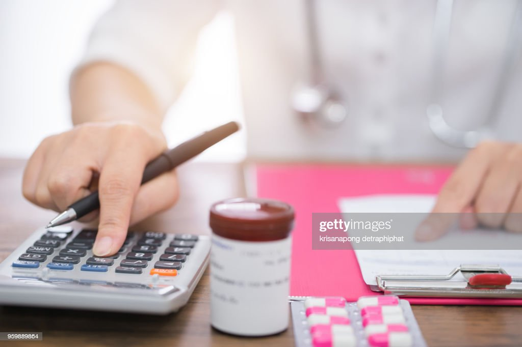 Calculate drug cost.,doctor is calculating cost of treatment : Stock-Foto