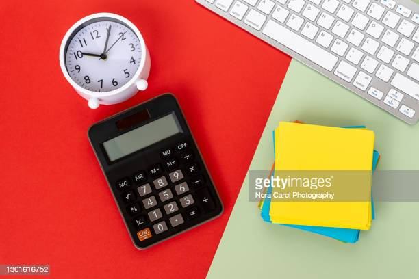 calculator and paper note on office desk - farbquadrat stock-fotos und bilder