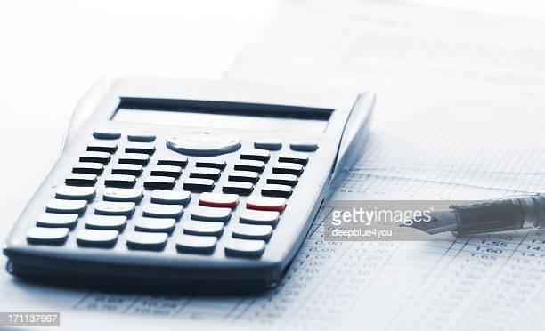 calculadora, gráficos y un bolígrafo - charity benefit fotografías e imágenes de stock