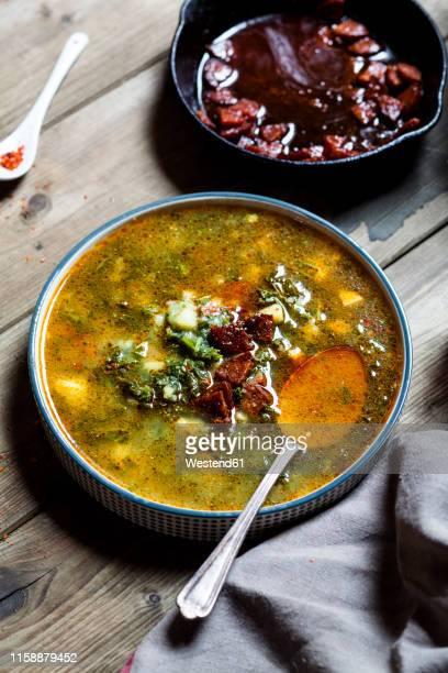 caldo verde, soup with green cabbage, chorizo and potato - pimenta em pó - fotografias e filmes do acervo