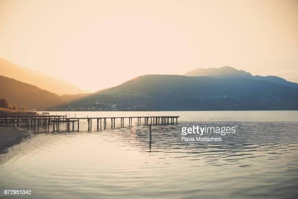 caldonazzo lake at sunset - trento foto e immagini stock