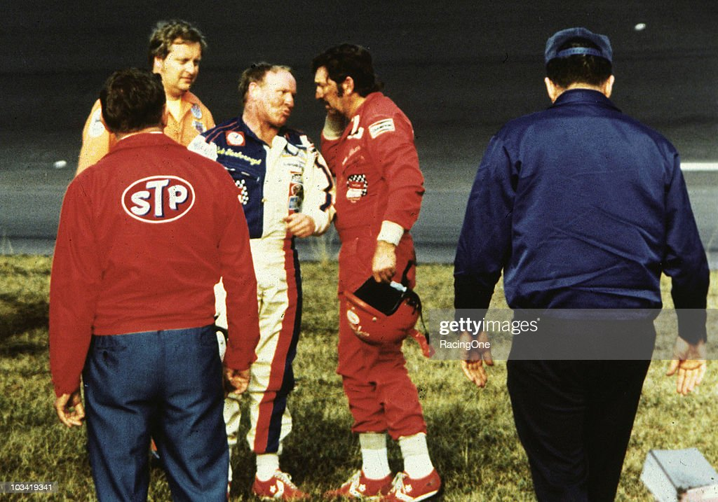 Cale Yarborough and Donnie Allison : News Photo