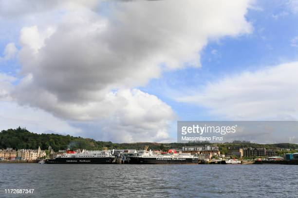 09/2019. caledonian macbrayne ferry boat in the harbour. oban, scotland, uk. - hebriden inselgruppe stock-fotos und bilder