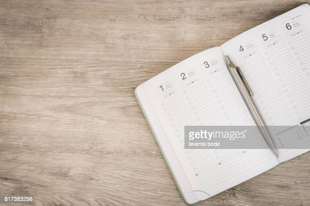 calendar, smartphone, tablet. workplace with tablet pc and smartphone on table close-up - jour photos et images de collection