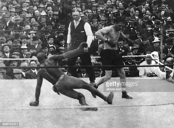 USA California 12th round of the heavyweight world championship fight in Colma between Stanley Ketchel and reigning world champion Jack Johnson 1909...