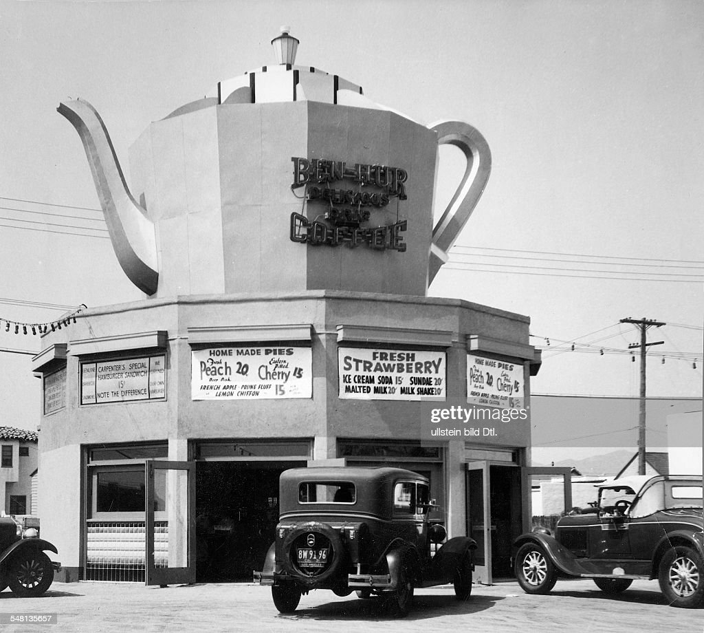 A coffeepot-shaped drive-in restaurant or snack-bar near Los Angeles - 1939 - Photographer: Ewing Galloway - Vintage property of ullstein bild