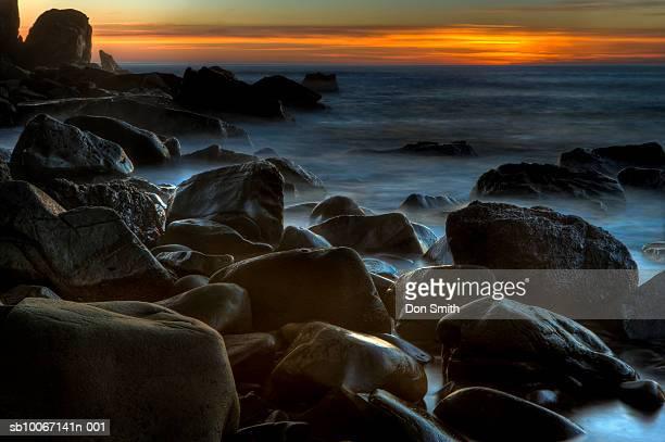 usa, california, big sur, black rocks on coast at sunset - don smith imagens e fotografias de stock