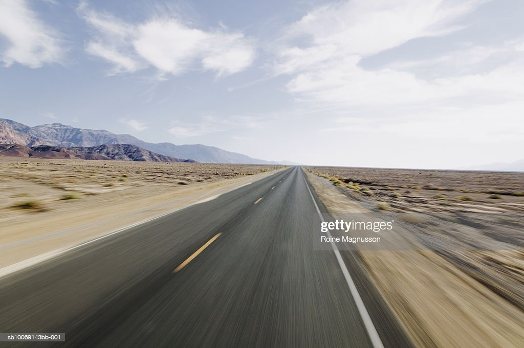 USA, California, Death Valley, empty highway : Stockfoto