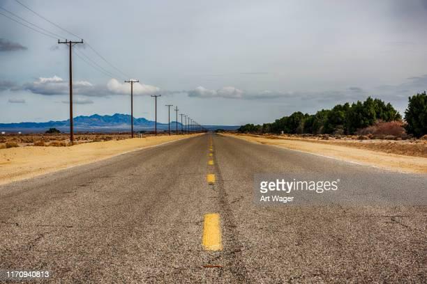 california desert road - freie straße stock-fotos und bilder
