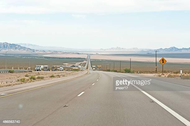 カリフォルニアの砂漠の中での道路をラスベガス - カリフォルニア州ベーカー ストックフォトと画像