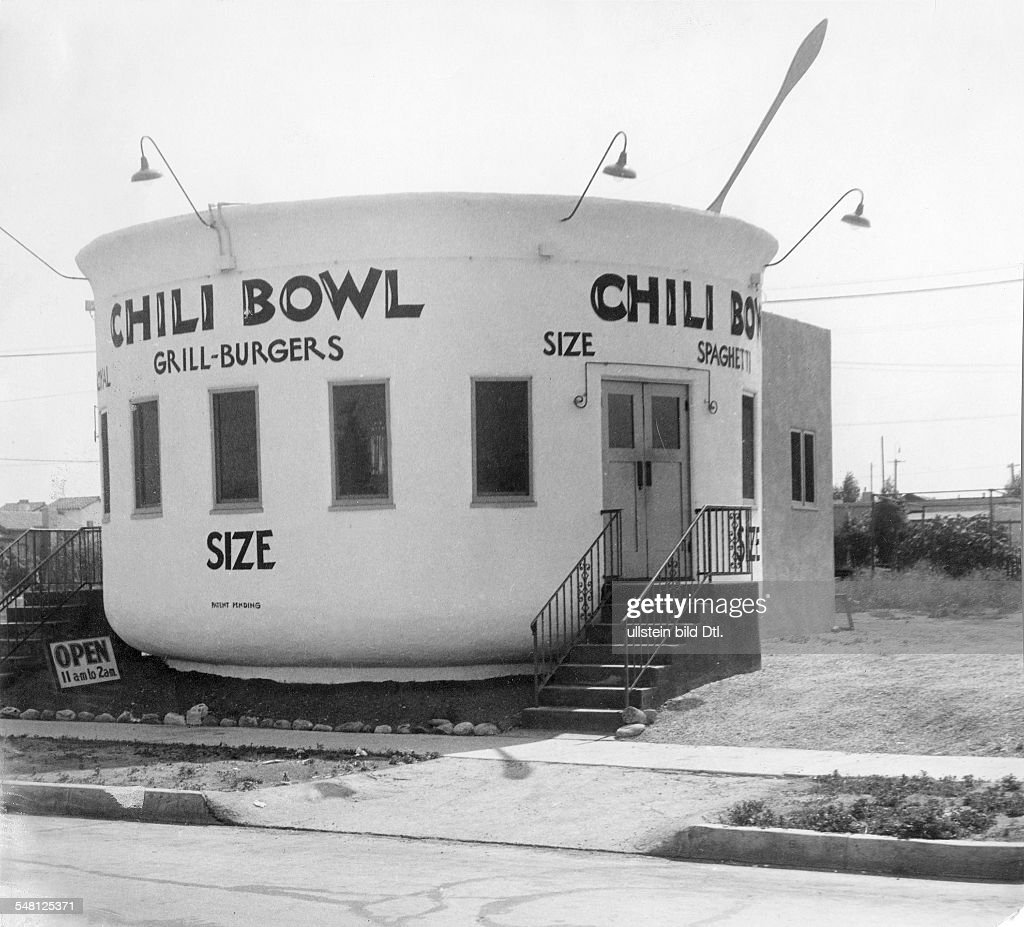 Eatery serving 'Grill-Burgers' and other dishes that is shaped like a 'Chili Bowl' (near Los Angeles) - 1939 - Photographer: Ewing Galloway - Vintage property of ullstein bild
