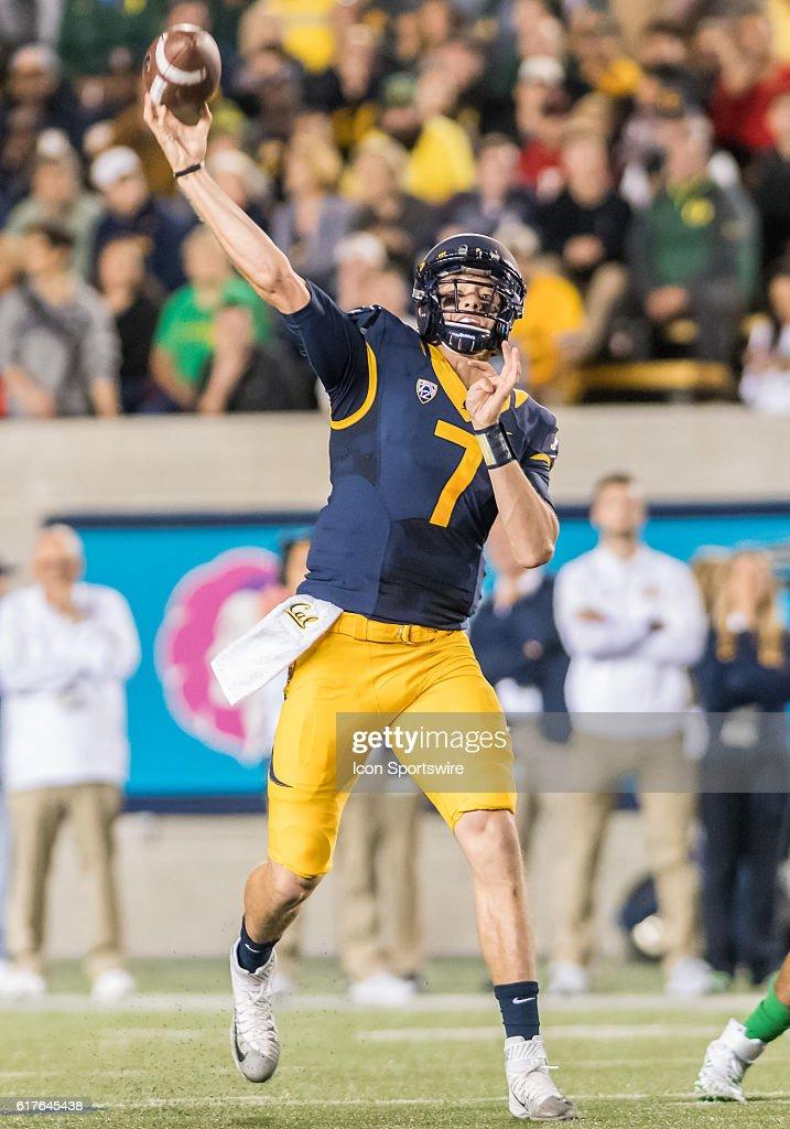 NCAA FOOTBALL: OCT 21 Oregon at Cal : News Photo