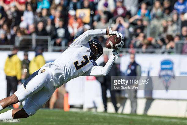 California Golden Bears wide receiver Maurice Harris catches a pass for a first down during the game between the California Golden Bears and the Air...